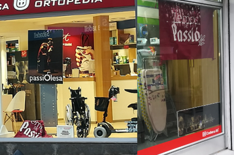 Botigues amb atrezzo de La Passió d'Olesa a l'aparador