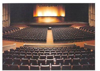 Interior nou teatre La Passió Olesa pati de butaques amb escenari al fons